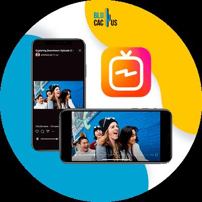 BluCactus - persona con el celular abierto en la mano