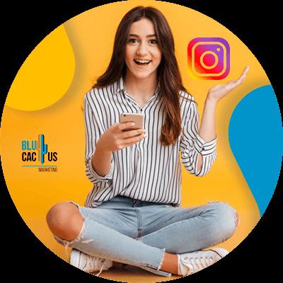 BluCactus - mujer con una red social en la mano