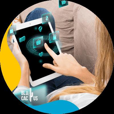 BluCactus -¿Qué es el E-commerce? - persona utilizando un aparato electronico
