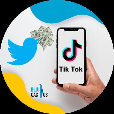 BluCactus - ¿Qué pasará con TikTok? - persona sosteniendo un celular con la aplicación de tiktok abierta