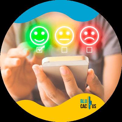 BluCactus - Qué es el marketing de contenidos - persona usando un celular
