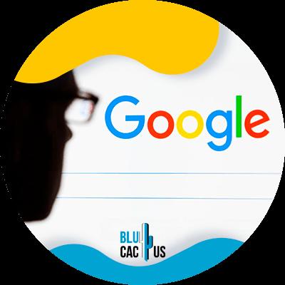 BluCactus - persona observando un logo