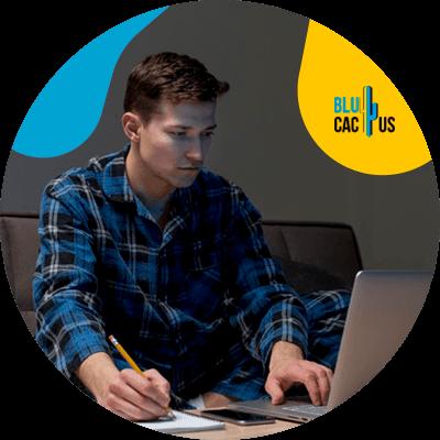BluCactus -Maneras de generar confianza en el cliente - persona trabajando