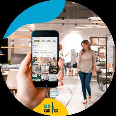 BluCactus - plataformas online para vender muebles y decoración - persona con un aparato electrónico en la mano
