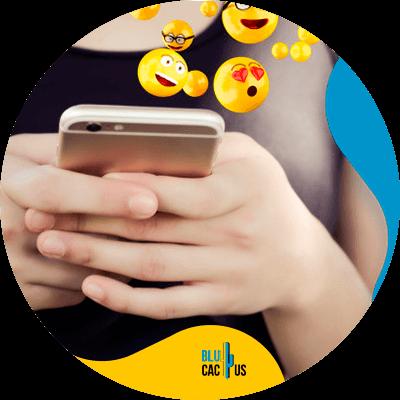 BluCactus - marketing para empresas de muebles y decoración. - celular con información importante