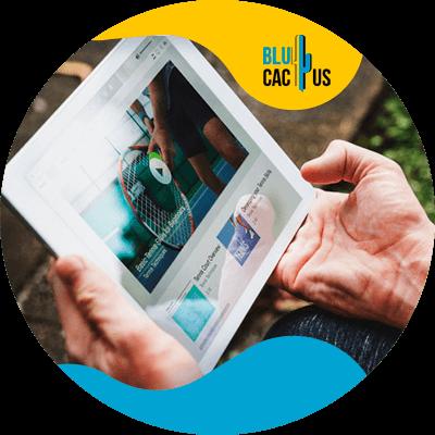BluCactus - Qué es el marketing de contenidos - persona usando una ipad
