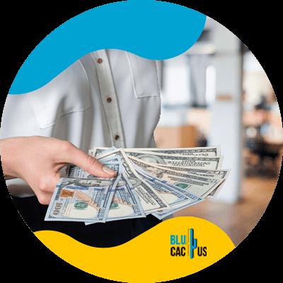 BluCactus - Estadísticas de SEO a conocer para este 2021 - persona con dinero en la mano