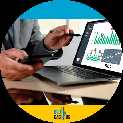BluCactus - Estadísticas de SEO a conocer para este 2021 - computadora con informacion importante