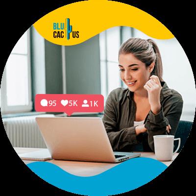 BluCactus - audiencia en redes sociales - mujer trabajando en su computadora