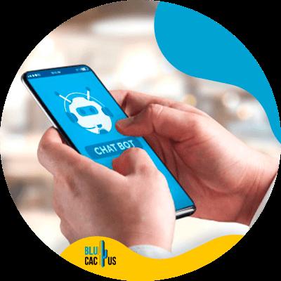 BluCactus - persona con un celular inteligente