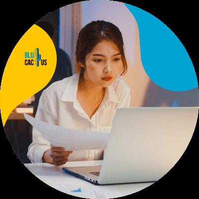 BluCactus - mujer profesional escribiendo en una computadora