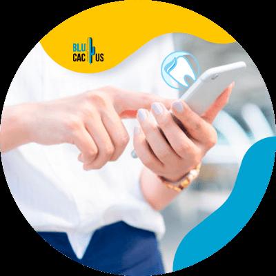 BluCactus -persona con un celular