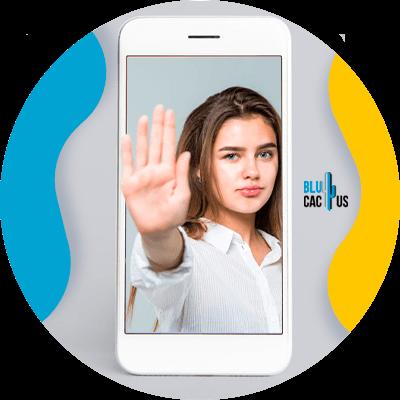 BluCactus - cambios de Apple pueden limitar esfuerzos de marketing - mujer en un celular