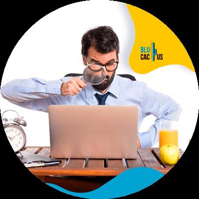 BluCactus - persona profesional utilizando su computadora para trabajar