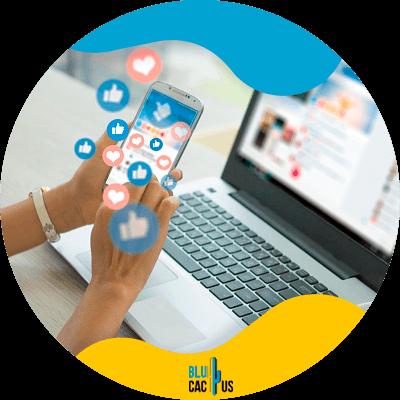 Blucactus-Actua-activamente-en-las-redes-sociales - mujer usando una laptop y un celular
